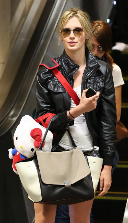 Ireland Baldwin carries a Celine Trapeze Tote at LAX (2)