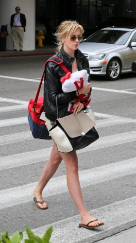 Ireland Baldwin carries a Celine Trapeze Tote at LAX (4)