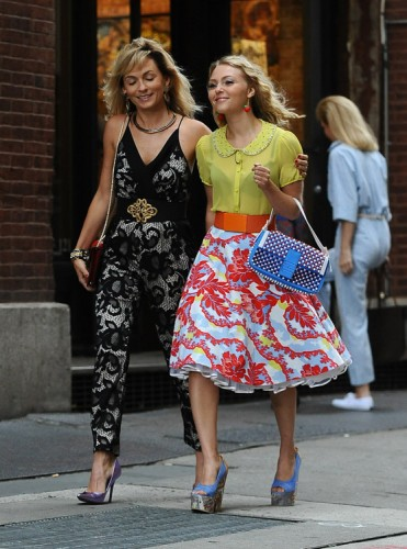 """AnnaSophia Robb carries a blue Fendi Baguette Bag on the set of """"The Carrie Diaries"""" (2)"""