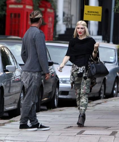 Gwen Stefani carries a black Viktor and Rolf Bombette Bag in London (1)