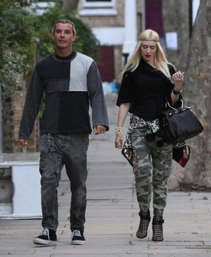 Gwen Stefani carries a black Viktor and Rolf Bombette Bag in London (3)
