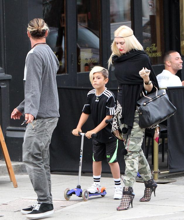 Gwen Stefani carries a black Viktor and Rolf Bombette Bag in London (4)