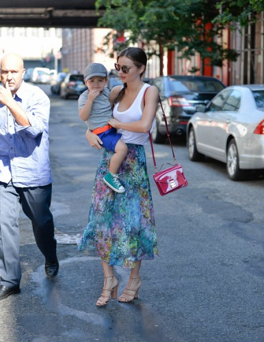 Miranda Kerr carries a pink patent Louis Vuitton Monceau BB Bag (2)