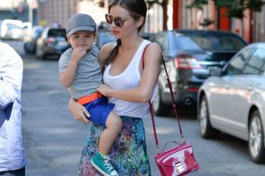 Miranda Kerr carries a pink patent Louis Vuitton Monceau BB Bag (5)