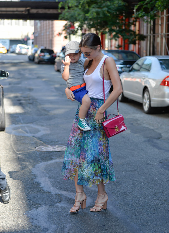 Miranda Kerr carries a pink patent Louis Vuitton Monceau BB Bag (3)