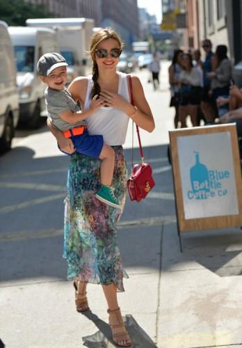 Miranda Kerr carries a pink patent Louis Vuitton Monceau BB Bag (4)