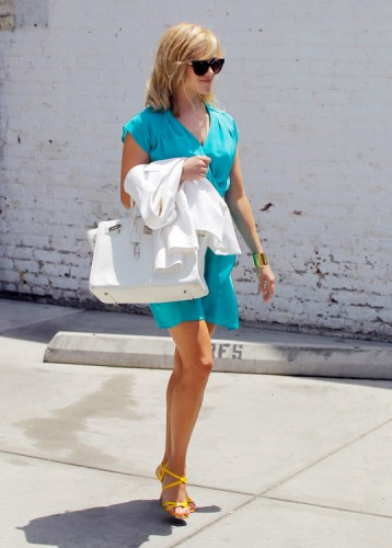 Reese Witherspoon carries a white Hermes Birkin bag in Los Angeles (3)