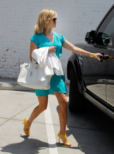 Reese Witherspoon carries a white Hermes Birkin bag in Los Angeles (4)