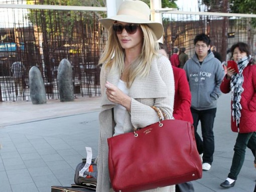 Rosie Huntington-Whiteley carries a Gucci Bamboo Shopper Tote at the airport in Sydney (5)