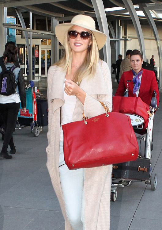 Rosie Huntington-Whiteley carries a Gucci Bamboo Shopper Tote at the airport in Sydney (3)