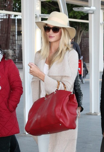 Rosie Huntington-Whiteley carries a Gucci Bamboo Shopper Tote at the airport in Sydney (2)
