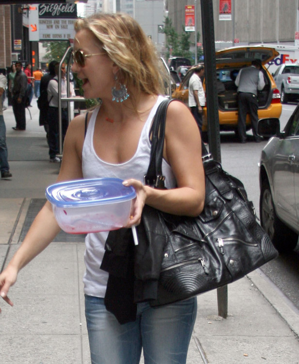 The Many Bags of Kate Hudson (9)