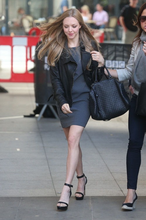 Amanda Seyfried carries a Bottega Veneta Intrecciato Nappa Bag in London (2)