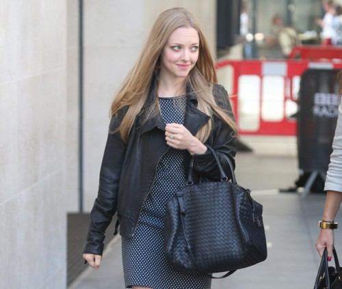 Amanda Seyfried carries a Bottega Veneta Intrecciato Nappa Bag in London (5)