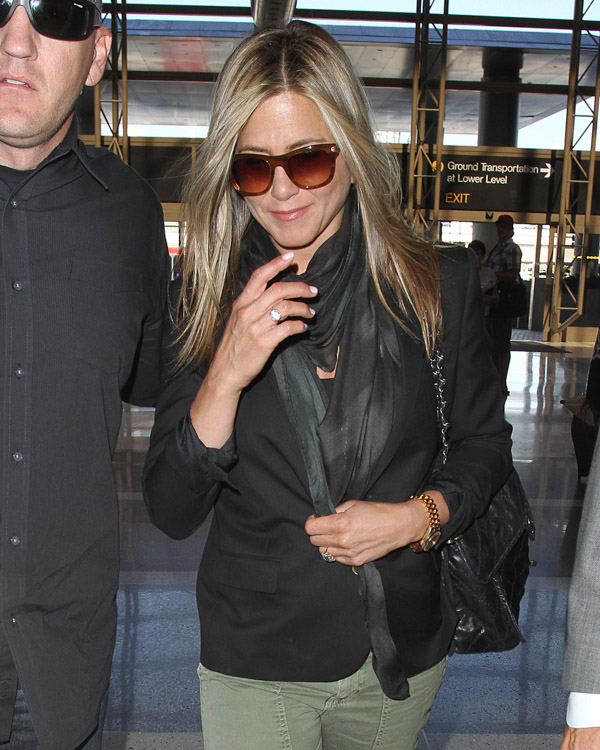 Jennifer Aniston carries a Chanel flap bag at LAX (1)