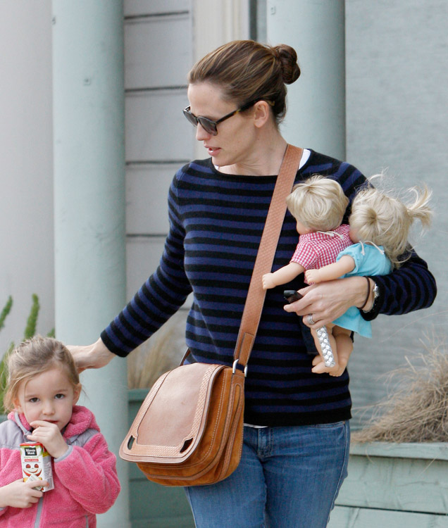 The Many Bags of Jennifer Garner (29)
