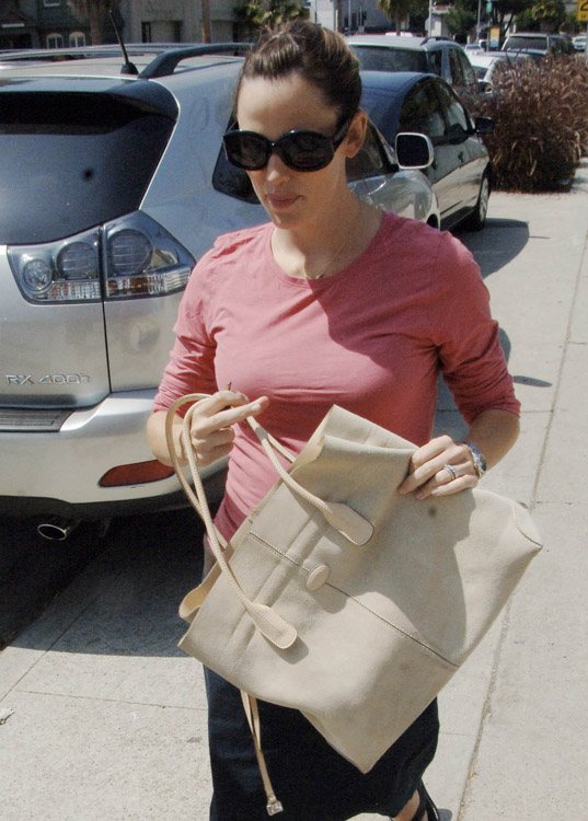 The Many Bags of Jennifer Garner (3)
