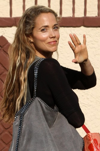 Elizabeth Berkley carries Stella McCartney in Los Angeles (1)