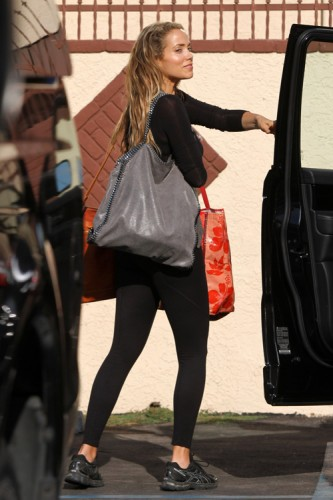 Elizabeth Berkley carries Stella McCartney in Los Angeles (2)