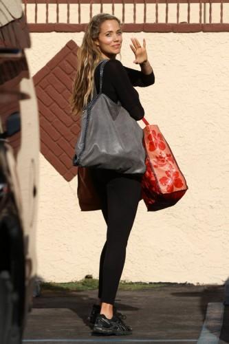 Elizabeth Berkley carries Stella McCartney in Los Angeles (4)
