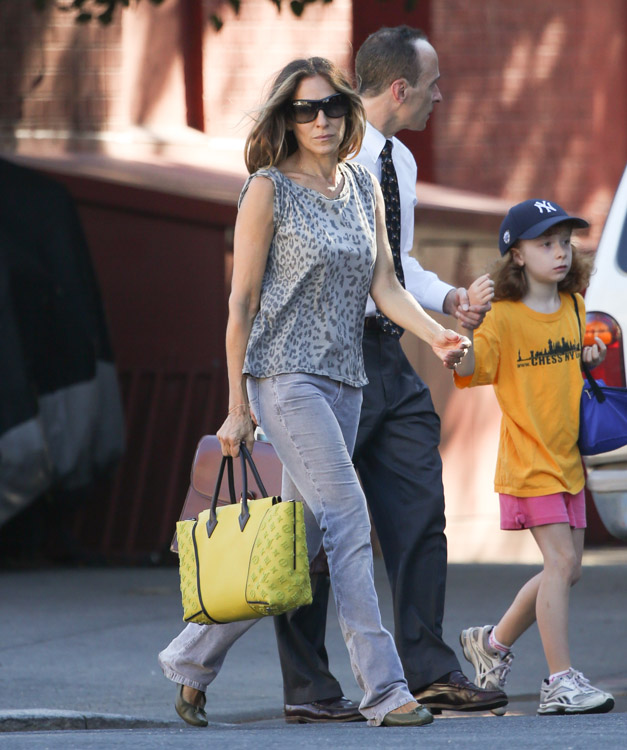 Sarah Jessica Parker carries a yellow Louis Vuitton bag in NYC (3)