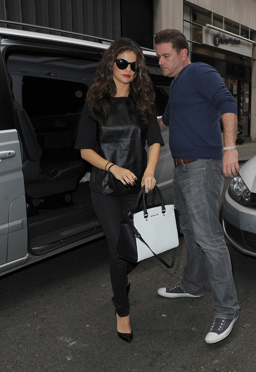 Selena Gomez carries a black and white MICHAEL Michael Kors bag in London (3)
