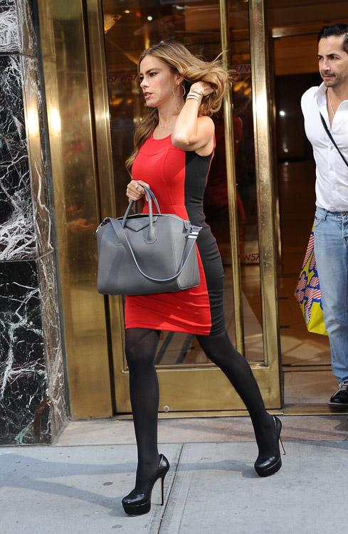 Sofia Vergara carries a grey Givenchy bag in NYC (2)