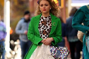 "AnnaSophia Robb Carries Fendi Yet Again to Film ""The Carrie Diaries"""