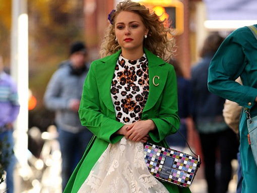 AnnaSophia Robb carries a Fendi Baguette in The Carrie Diaries (5)