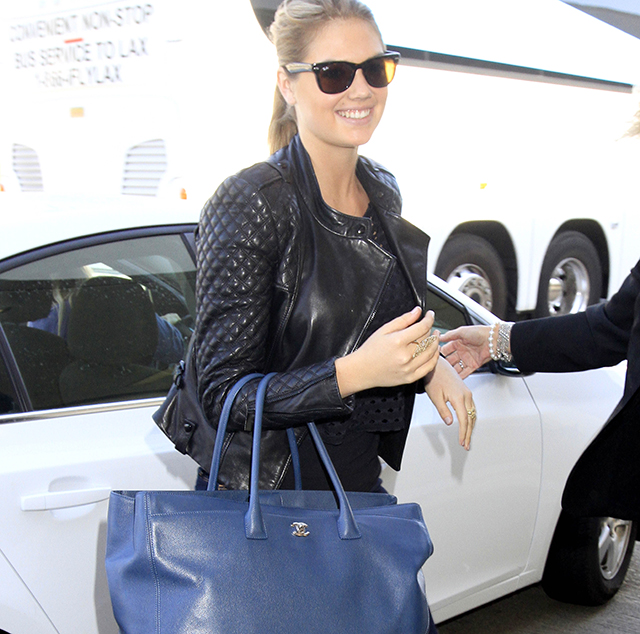 Kate Upton carres a blue Chanel tote at LAX (5)