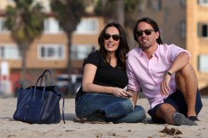 Tamara Ecclestone carries a blue snakeskin Celine tote at the beach (3)