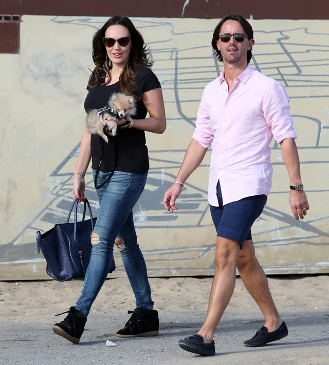 Tamara Ecclestone carries a blue snakeskin Celine tote at the beach (4)