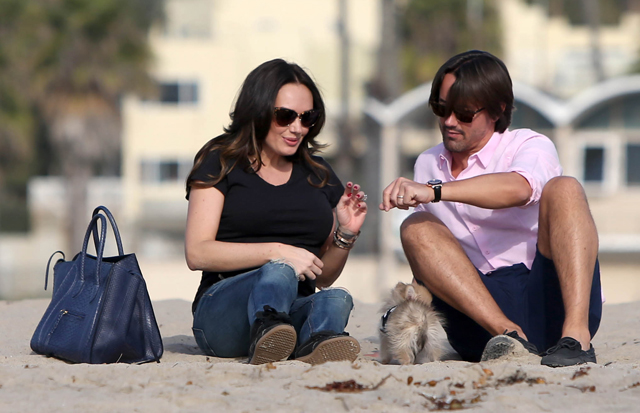 Tamara Ecclestone carries a blue snakeskin Celine tote at the beach (2)