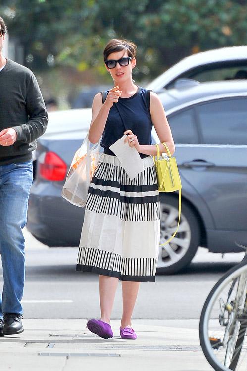 Anne Hathaway Balenciaga Papier A4 Mini Tote-3