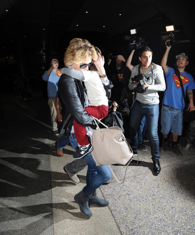 Charlize Theron Louis Vuitton Soft Lockit Bag-4