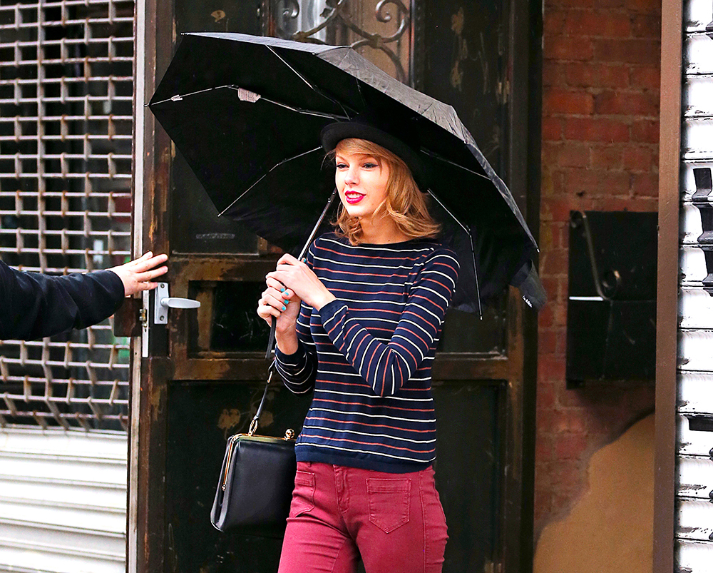 Taylor Swift Braves the Rain with Her New Favorite Dolce   Gabbana ... 001daed627c64