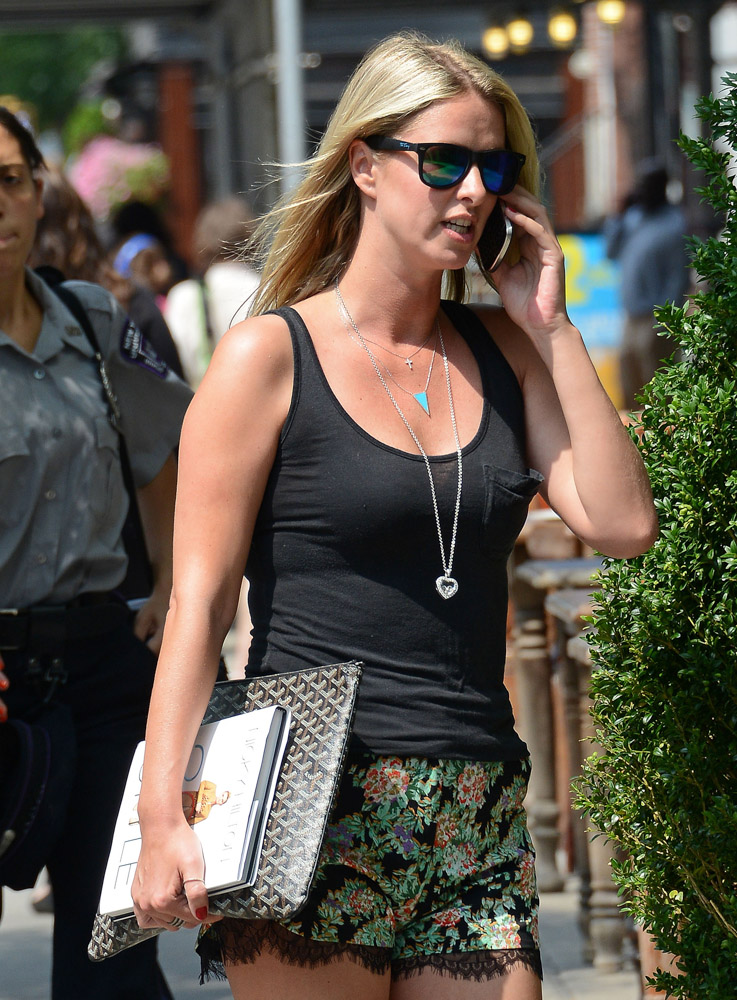 The Many Bags of Nicky Hilton Part 2-29