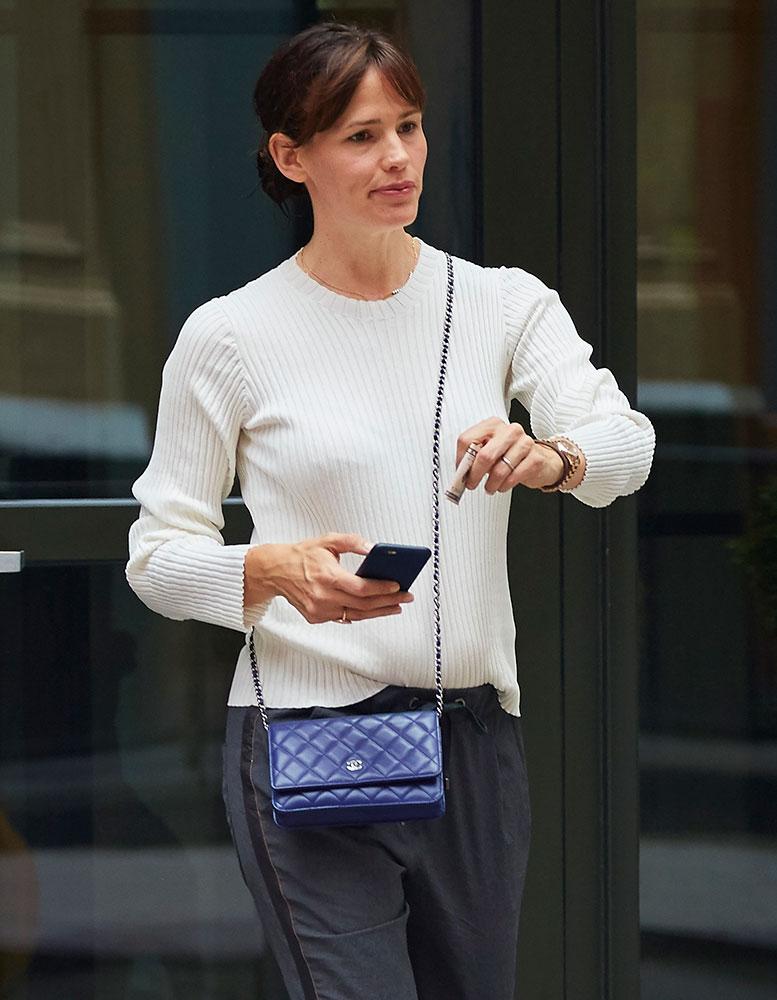 Jennifer-Garner-Chanel-Wallet-on-Chain-Bag