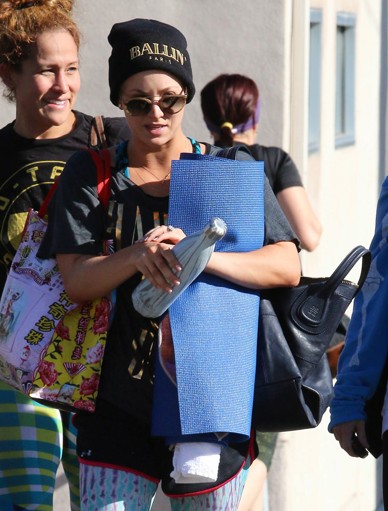 Kaley Cuoco leaves the gym with friends