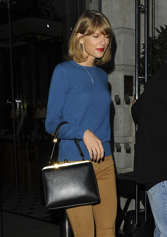 Taylor Swift meets up with the Victoria Secrets Models at a London hotel
