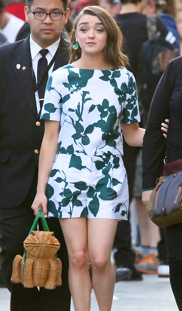 Maisie-Williams-Kate-Spade-New-York-Spring-Forward-Wicker-Frog-Purse