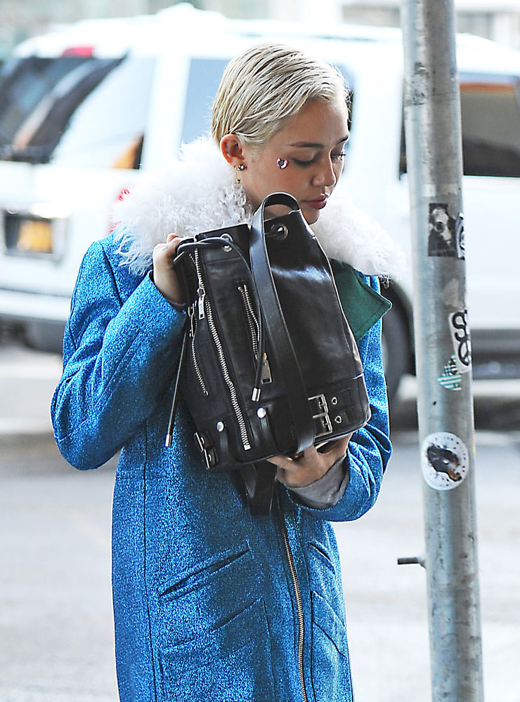 Miley-Cyrus-Saint-Laurent-Rider-Bucket-Bag