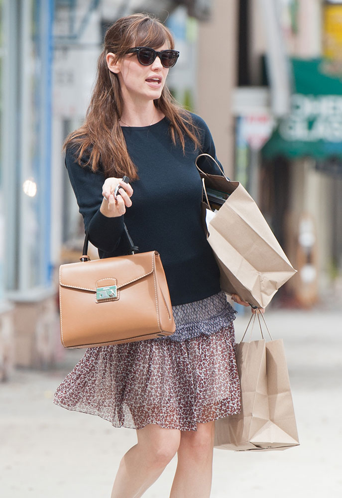 Jennifer-Garner-Prada-Lock-Top-Handle-Bag