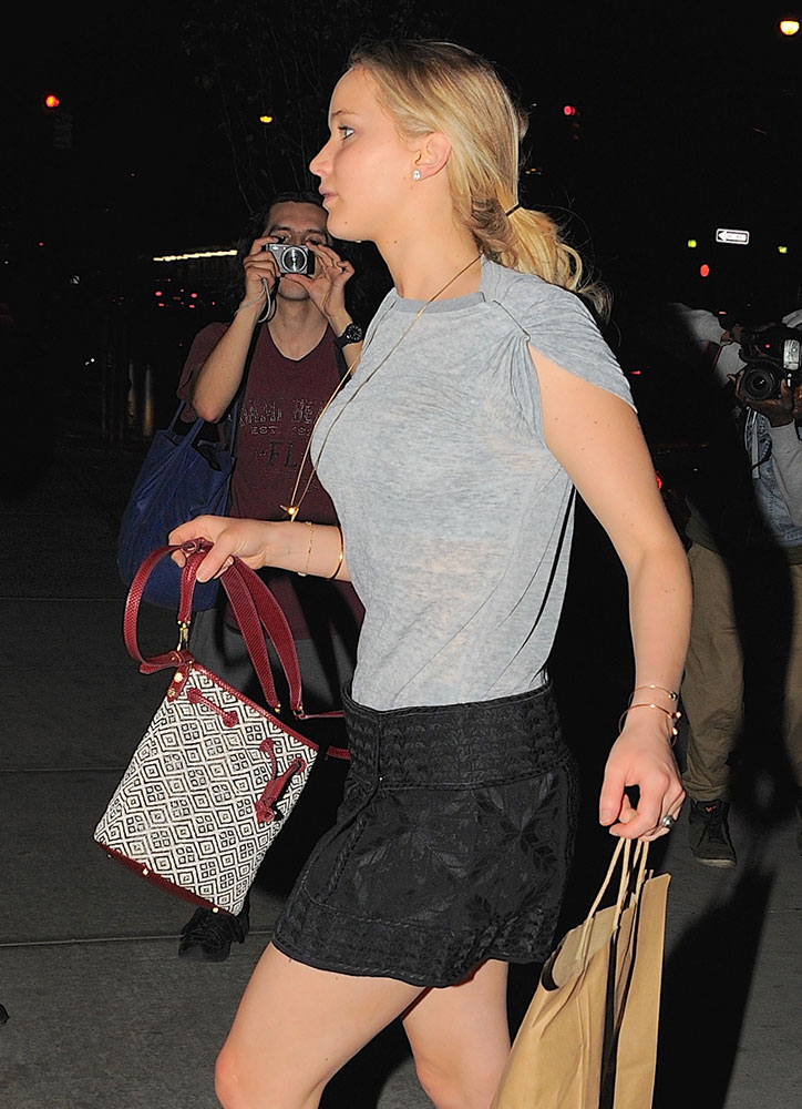 Jennifer-Lawrence-Elizabeth-and-James-Cynnie-Bag