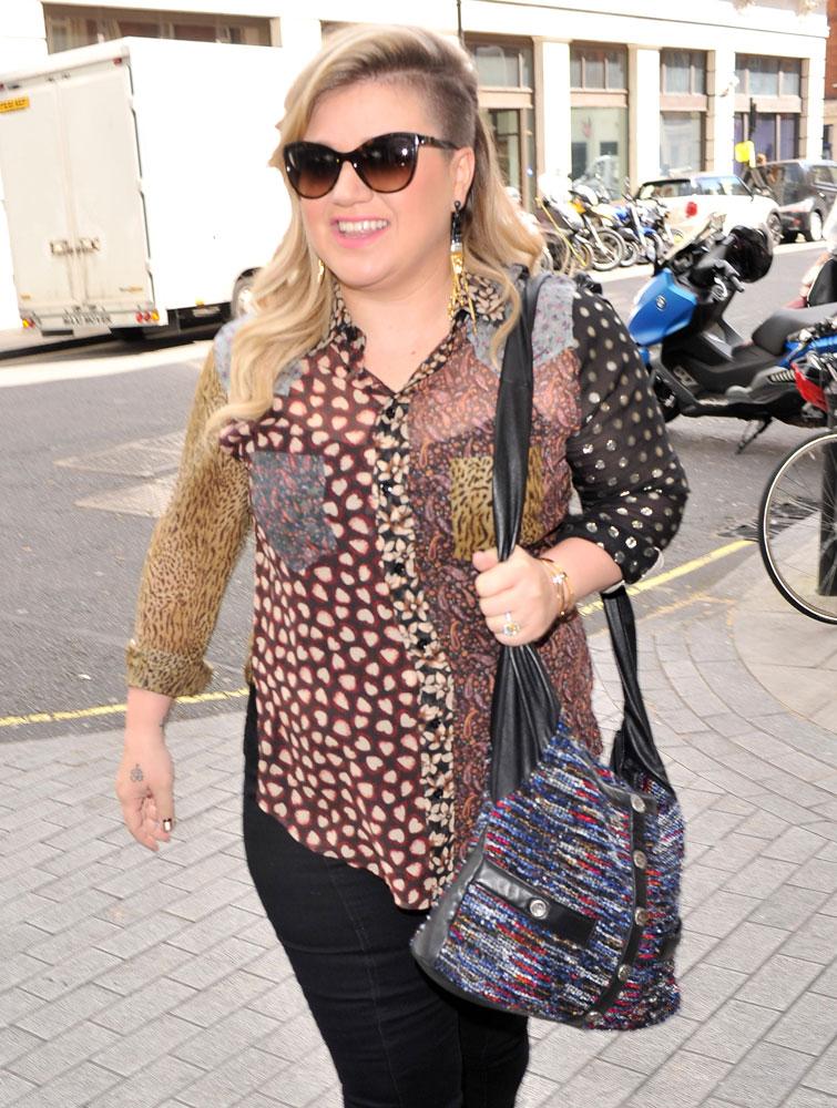 Kelly-Clarkson-Chanel-Girl-Bag