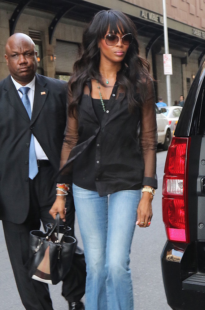 Naomi-Campbell-Burberry-Banner-Tote