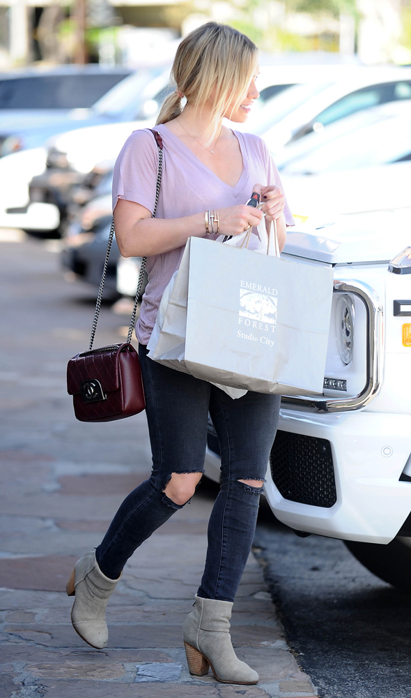 Hilary-Duff-Chanel-Flap-Bag-1