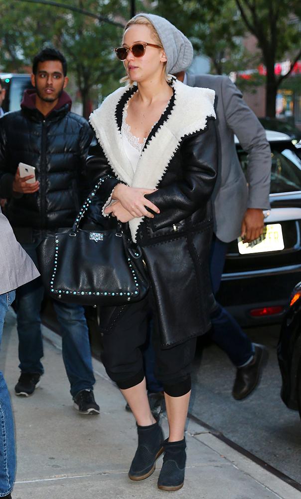 Jennifer-Lawrence-Valentino-Rockstud-Trapeze-Bag-3