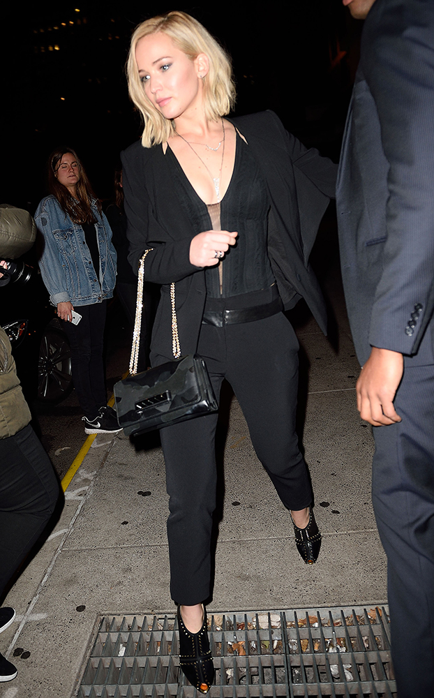 Jennifer-Lawrence-Valentino-VaVaVoom-Camouflage-Shoulder-Bag-3