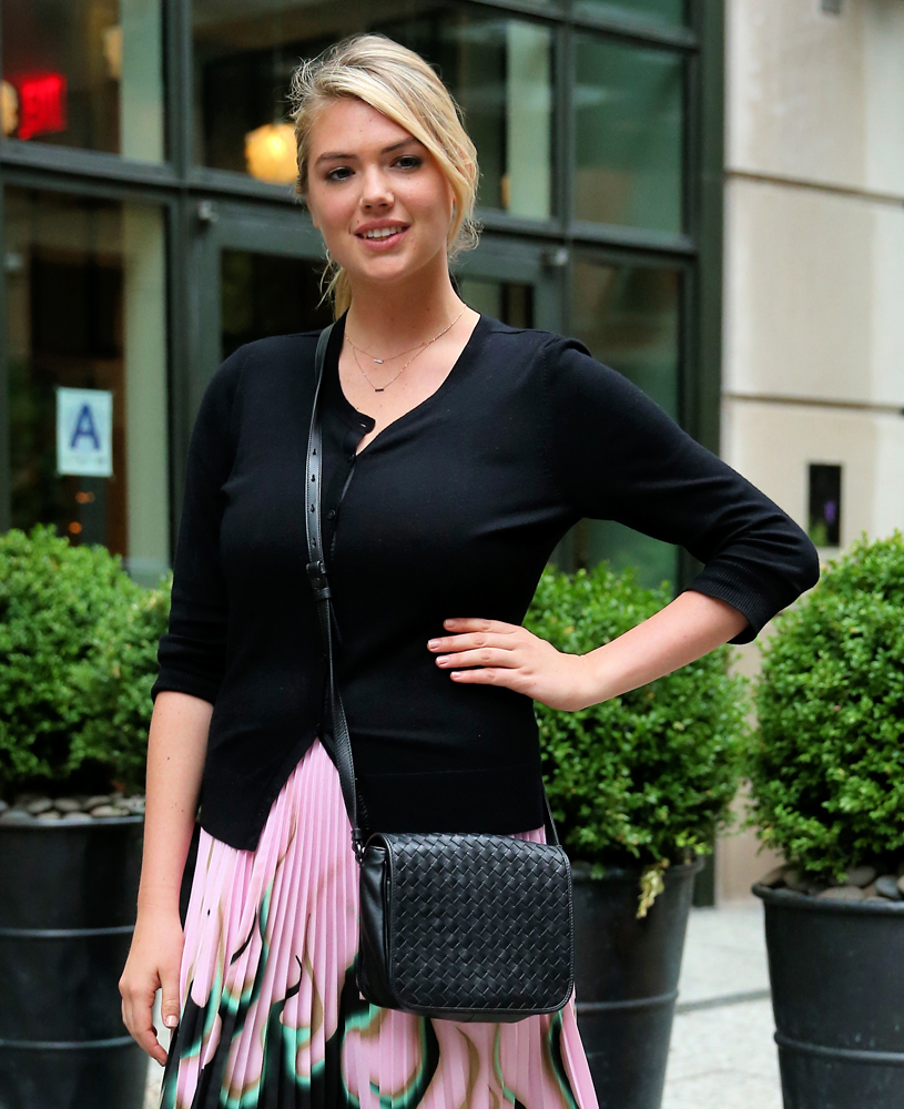 Kate-Upton-Bottega-Veneta-Messenger-Bag-2